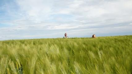 câlin mère fille dans le champ de blés verts