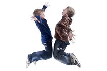 zwei Jungs springen hoch wd714