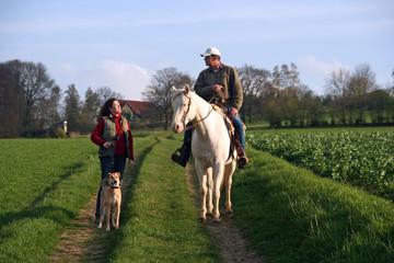 Spaziergang mit Hund und Pferd