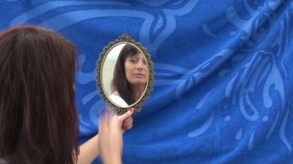 ragazza allo specchio
