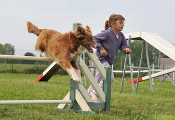 fillette et son chien en agility