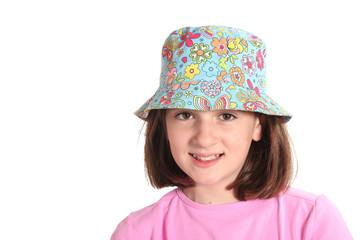bambina sorridente con cappello colorato