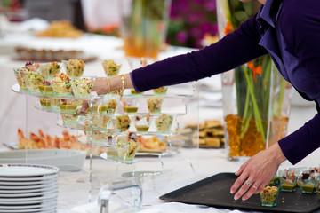 Ospiti si servono al tavolo degli antipasti