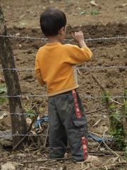 Niño con alambrada en Vietnam