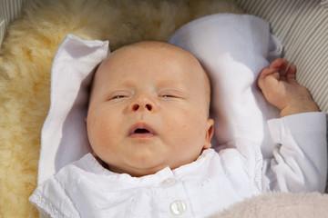 Baby im Kinderwagen schlägt die Augen auf