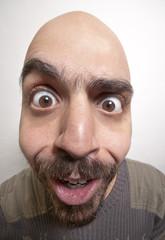 uomo buffo deformato e sorpreso