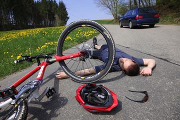 Radfahrer Unfall mit Mountainbike auf Landstraße Fahrerflucht
