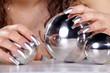 Spiegelkugeln mit schönen Fingernägeln, quer