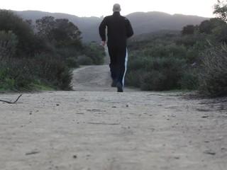 Mann läuft auf einem Trail