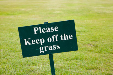 Please keep off the grass sign