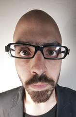 uomo con occhiali