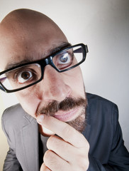uomo con occhiali dubbioso