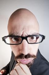uomo con occhiali dubbioso buffo