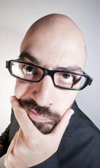 uomo con occhiali dubbioso e pensieroso