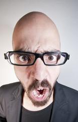 uomo con occhiali arrabbiato