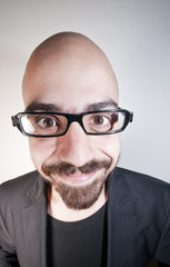 uomo con occhiali che ride