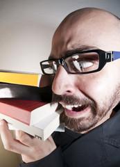 uomo con occhiali e libri