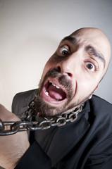 uomo con catena crollo crisi