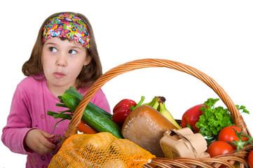 Mädchen nascht am Einkaufskorb