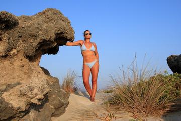 creta donna sulla sabbia