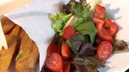 Kochbanenen Gericht mit Salat