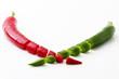 geschnittene grüne und rote Peperoni vor weißem Hintergrund