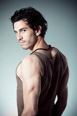 homme brun mode beauté musclé