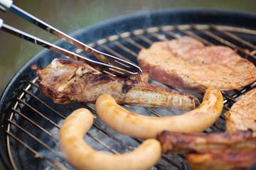 frisches fleisch auf dem grill