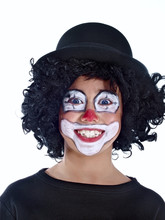 Szczęśliwy chłopiec przebrany za klauna na białym tle
