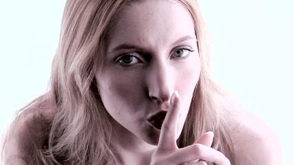 donna che mostra un dito