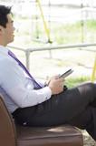 公園のベンチのビジネスマン