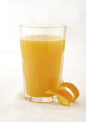 Orangensaft im Glas mit Orangenzeste
