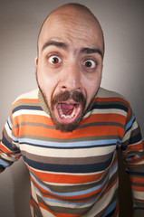 uomo che urla