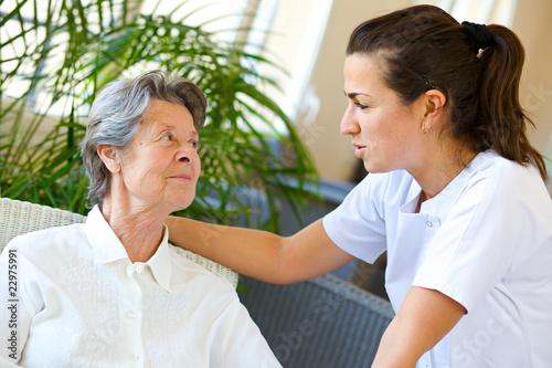 jeune infirmière à l'écoute d'une retraitée