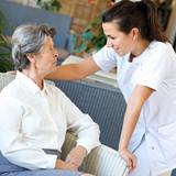 senior assistée de personnel médical