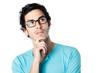 homme brun lunettes réflexion fond blanc
