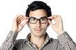 homme brun lunettes fond blanc