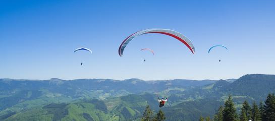 Schwarzwaldberge mit Gleitschirmflieger