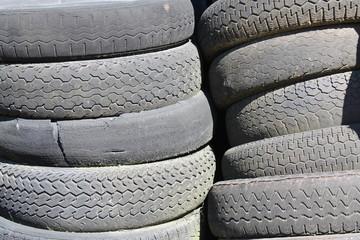 tas de vieux pneux