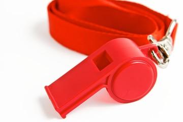 Rote Trillerpfeife mit aufgerolltem Band