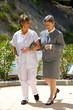 soignante et senior en promenade