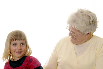 Oma und Enkelin lachen