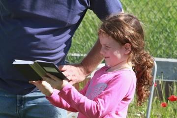 Kleines Mädchen liest stolz vor