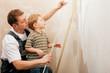 Vater und Sohn vermessen Tockenbau Wand