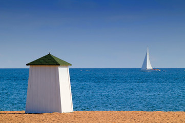 cabine de plage et voilier