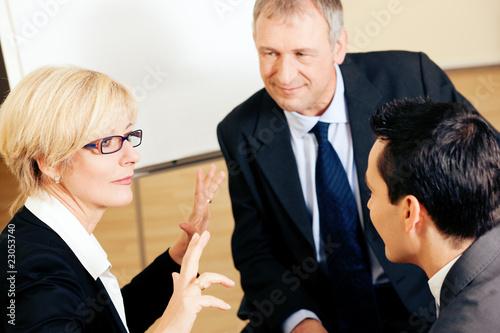 Team von Geschäftsleuten diskutiert ein Projekt