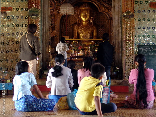 Myanmar, Inle Lake -Shwe Indein temple prayers