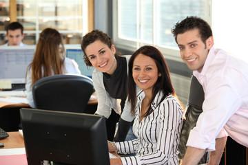 Homme et femmes au bureau