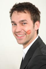 junger mann mit lippenstift Kuss
