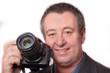 Mann zeigt seinen Fotoapparat